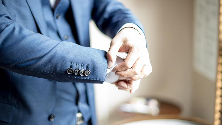 服装を整える営業マン